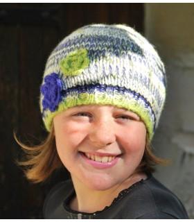 Bonnet en laine et petites fleurs colorées vert bleu