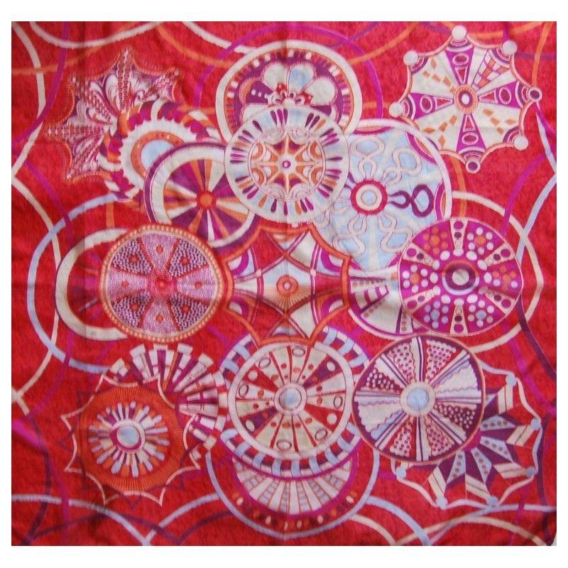 d04f9e032177 Grand carré de soie à pois et fleurs   violat, fushia et bleu
