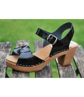Schwedische Sandalen Leder und hohe Absatze Frau Holz
