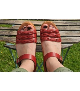 Mujer de cuero trenzado de sandalias de madera sueca