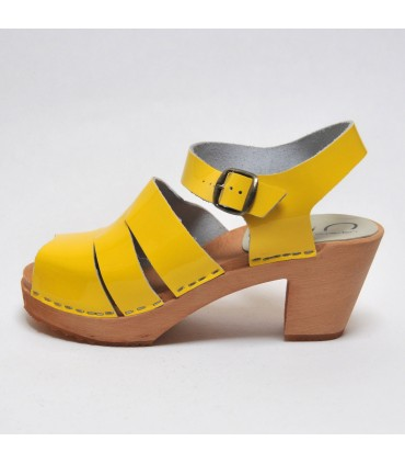 Sandales suédoises femme en cuir jaune vernis et talon haut bois