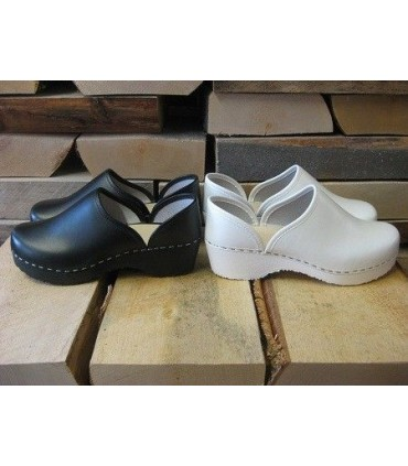 Shoes in leather and wood closed type galoshes