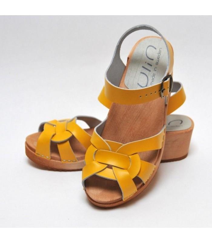 Sandales sabots suédoises femme en cuir jaune à talon plat