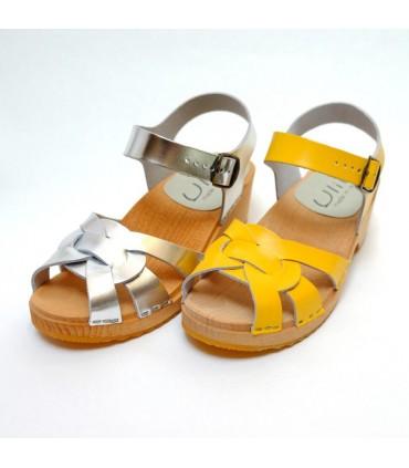 Sandales sabots suédoises femme en cuir jaune ou argent à talon plat
